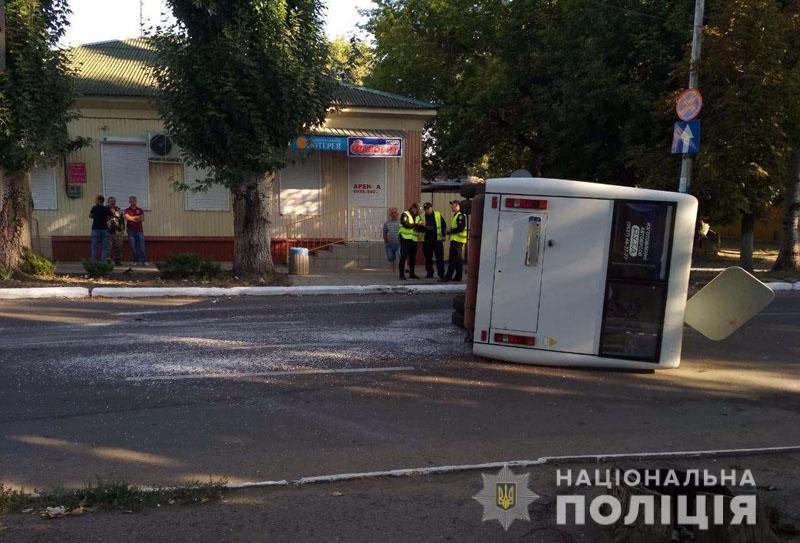 На Донбассе автобус попал в страшное ДТП с переворотом, есть пострадавшие: фото