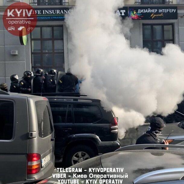На полицию не похожи: в сети показали фото и видео штурма офиса в центре Киева