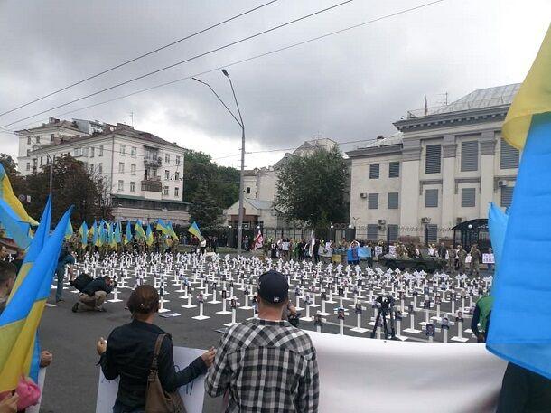 У путінського посольства в Києві з'явилися хрести: опубліковано фото і відео потужної акції