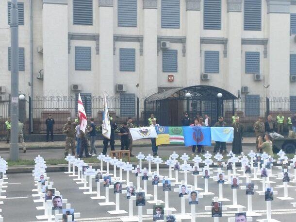 У путинского посольства в Киеве появились кресты: опубликованы фото и видео мощной акции