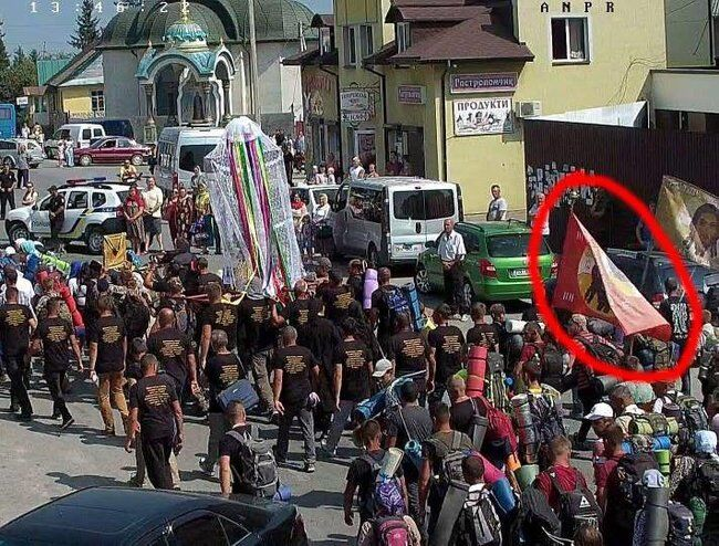В Украине устроили крестный ход с флагом боевиков ДНР: фото
