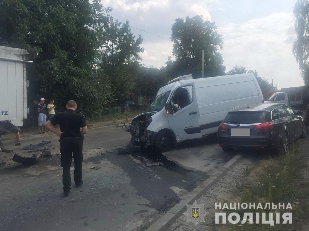 Столкнулись четыре авто: появились фото с места масштабного ДТП под Ровно