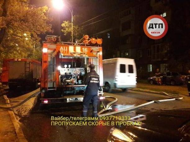 В Киеве подожгли магазин с продавцом внутри: фото и детали инцидента