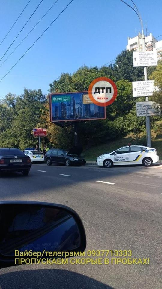 Машини розкидало по дорозі: в центрі Києва сталася страшна ДТП, фото і відео