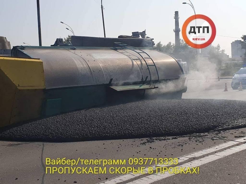 Буде лежачий поліцейський: в Києві перекинулася фура з асфальтом, фото і відео