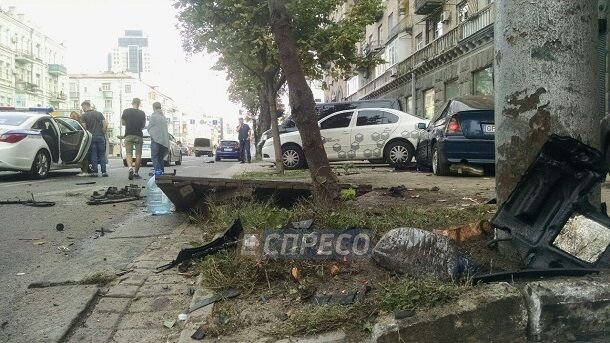У центрі Києва авто вилетіло на тротуар, є постраждалі: фото та відео з місця ДТП