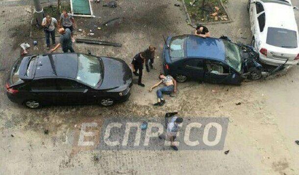В центре Киева авто вылетело на тротуар, есть пострадавшие: фото и видео с места ДТП