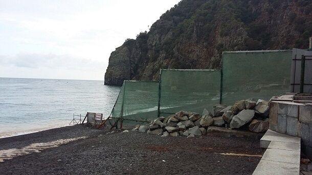 """Життя за """"гратами"""": пляжі Криму продовжають обносити парканами"""