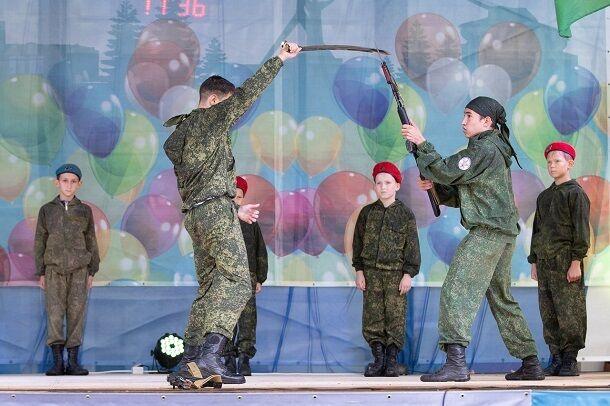 """""""Стреляли"""" друг в друга: сеть взбудоражили фото """"военного"""" концерта с детьми в Крыму"""