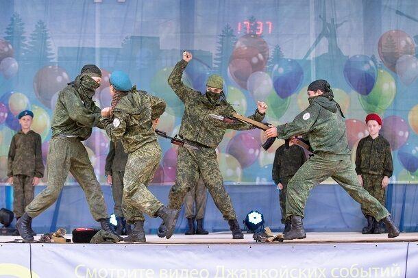"""""""Стріляли"""" один в одного: мережу розбурхали фото """"військового"""" концерту з дітьми в Криму"""