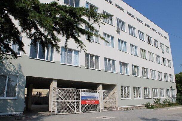 Дырку в крыше триколором накройте: в сети показали жуткие фото больницы в Крыму