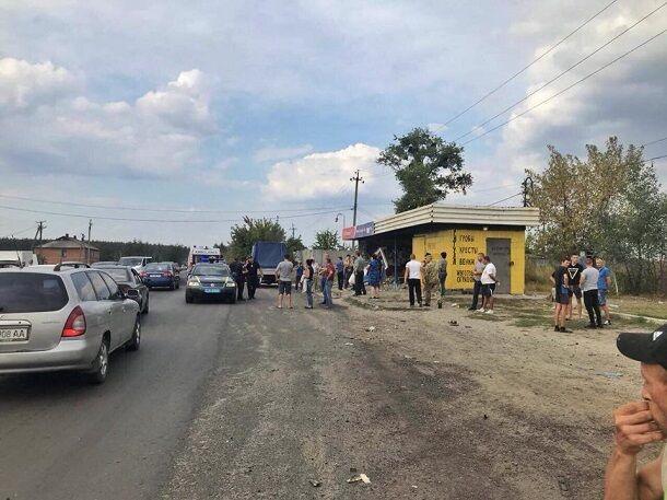 Под Харьковом автомобиль влетел в толпу людей на остановке, есть жертва: фото
