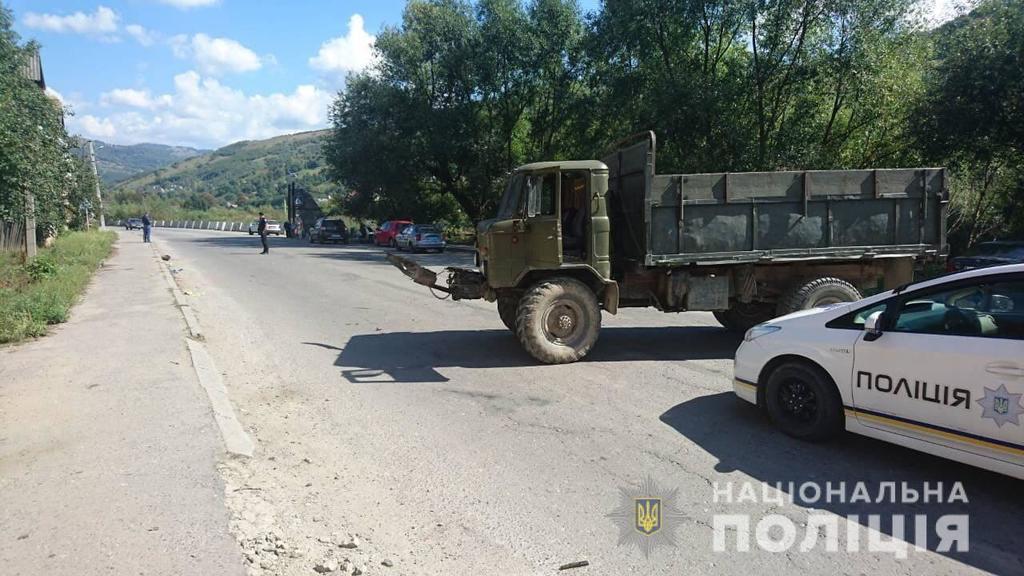 На Закарпатті сталася смертельна ДТП з вантажівкою: фото з місця аварії