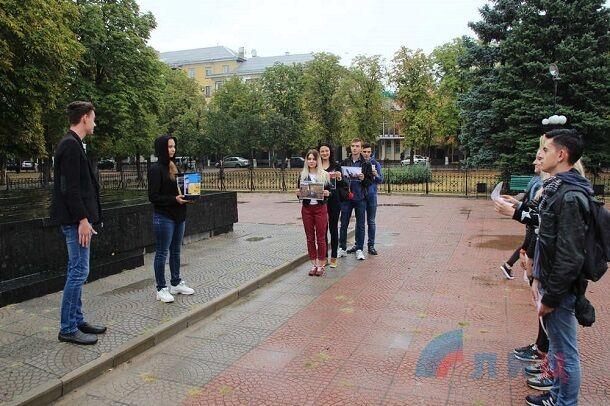 """Спадкоємці """"бабусь Путіна"""": в мережі підняли на сміх фото божевільної акції в Луганську"""