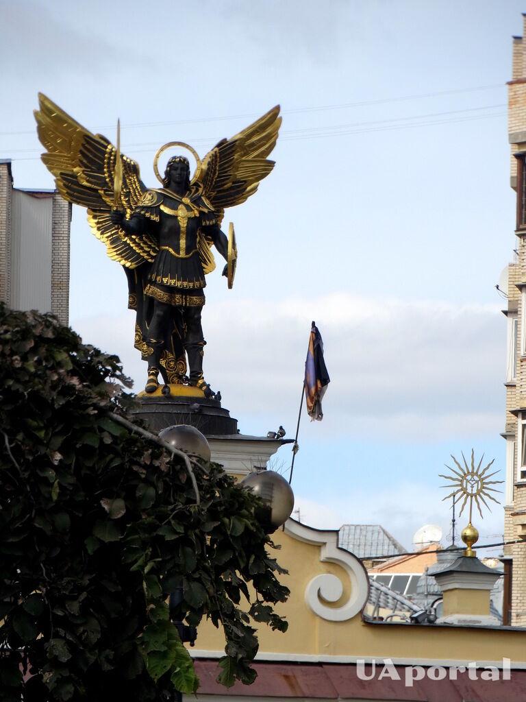 Фігура Архангела Михайла, покровителя Києва, на Майдані
