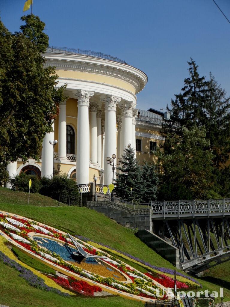 Жовтневий палац і знаменитий квітковий годинник
