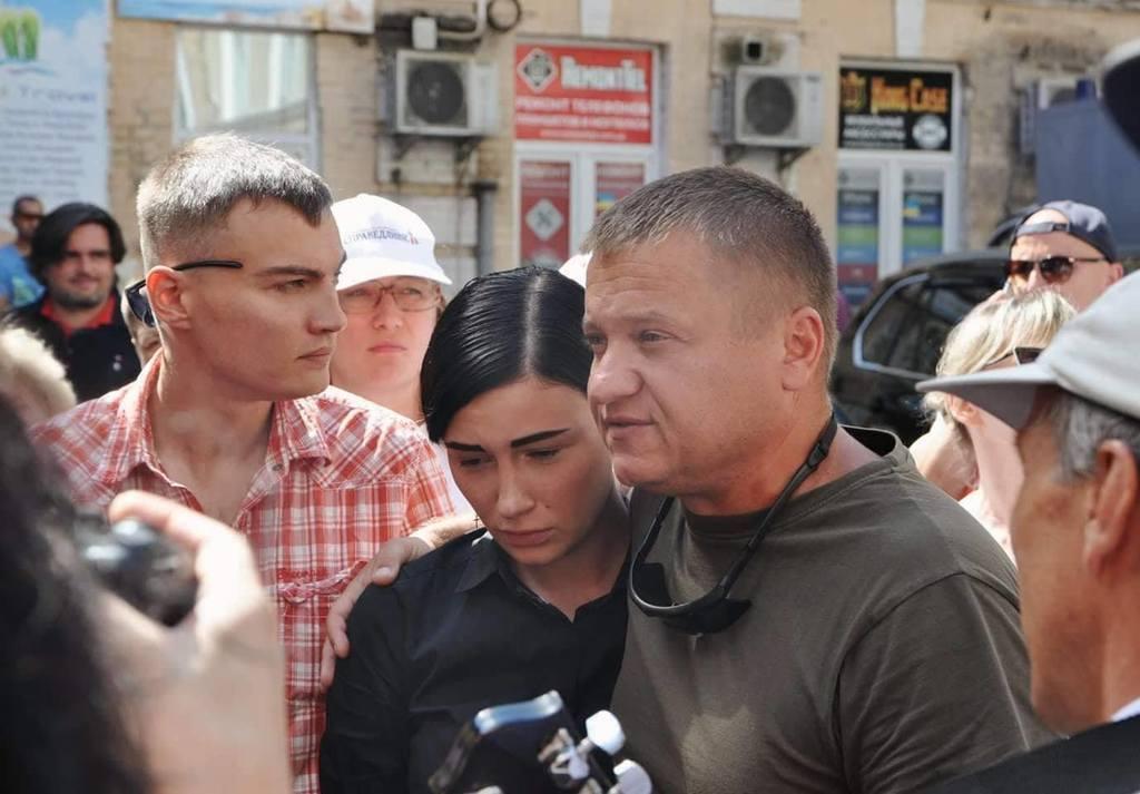 Под здание суда поддержать Анастасию приходят ее поклонники и бойцы добровольческих подразделений