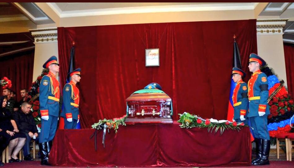 У Донецьку поплескали мертвому Захарченку: нові фото і відео з похорону
