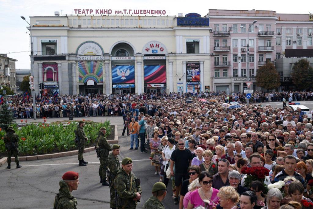 В Донецке похлопали мертвому Захарченко: новые фото и видео с похорон
