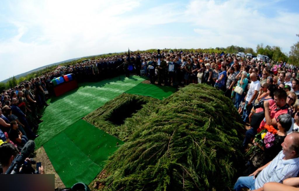 """Теперь с """"Гиви"""" и """"Моторолой"""": опубликованы фото похорон Захарченко"""