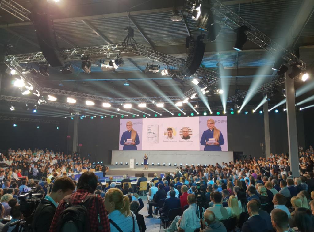 Наушник в ухе? Чем поразили выступления Порошенко и Тимошенко