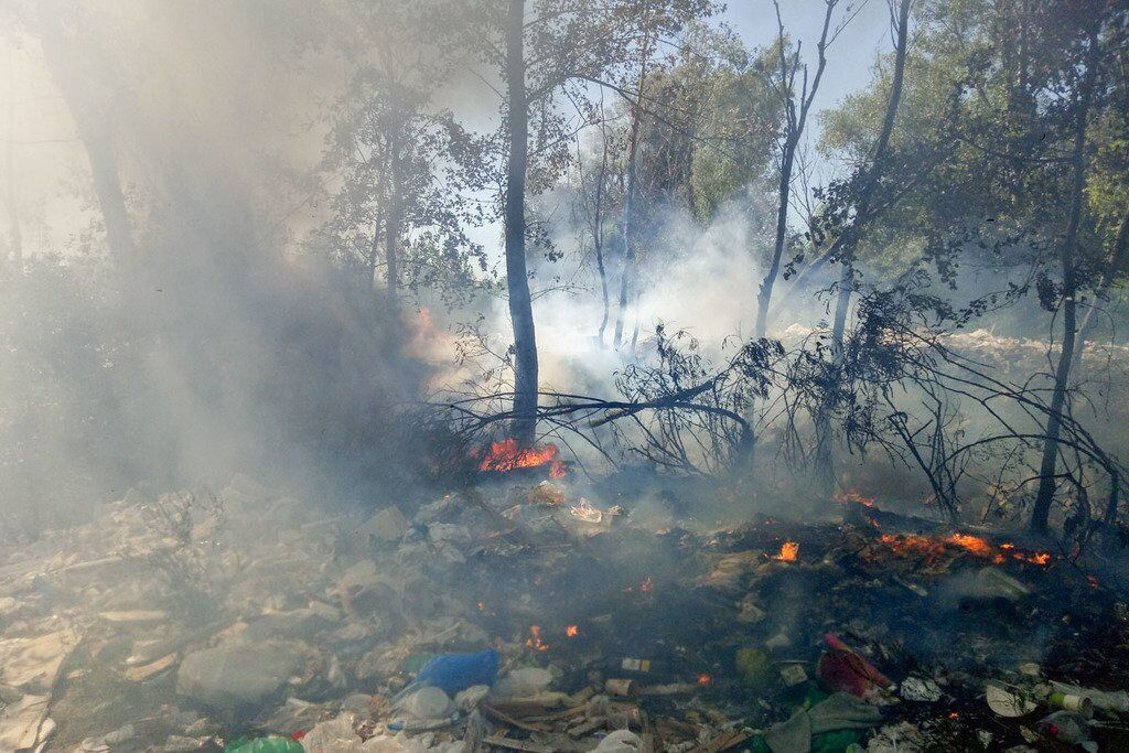 У Києві весь день горять звалища: фото і відео потужних пожеж