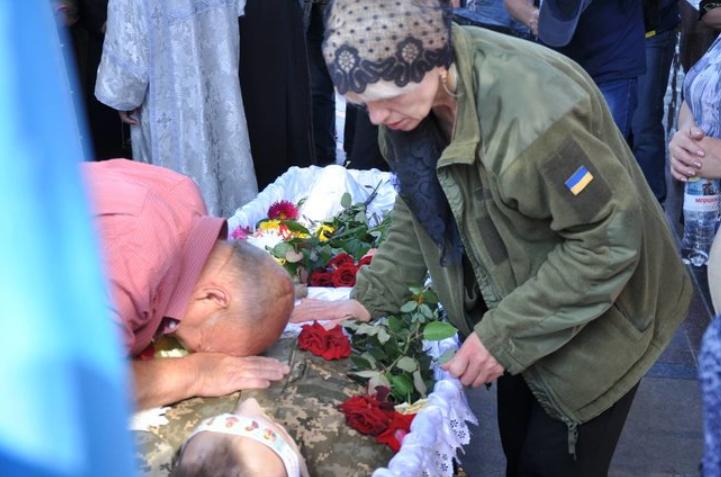 В Киеве простились с погибшим на Донбассе военным: трогательные фото