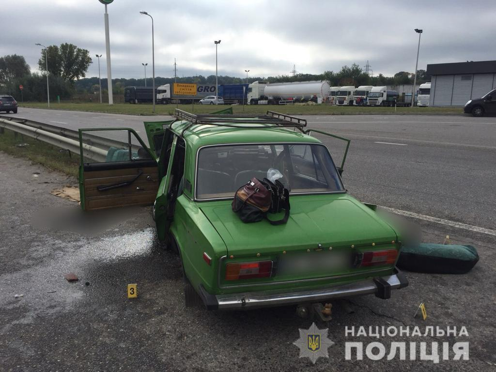 Под Харьковом машина на скорости влетела в отбойник, есть погибшие: фото