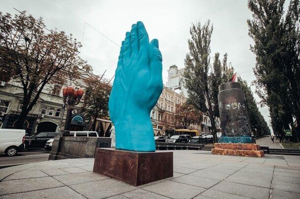 Рука, которая никогда не воровала: новый памятник в Киеве повеселил сеть