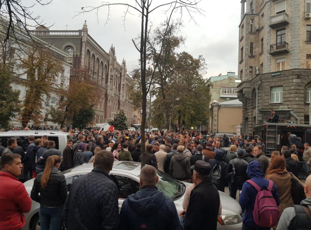 На Банковій в Києві проходить акція протесту: фото, відео і деталі