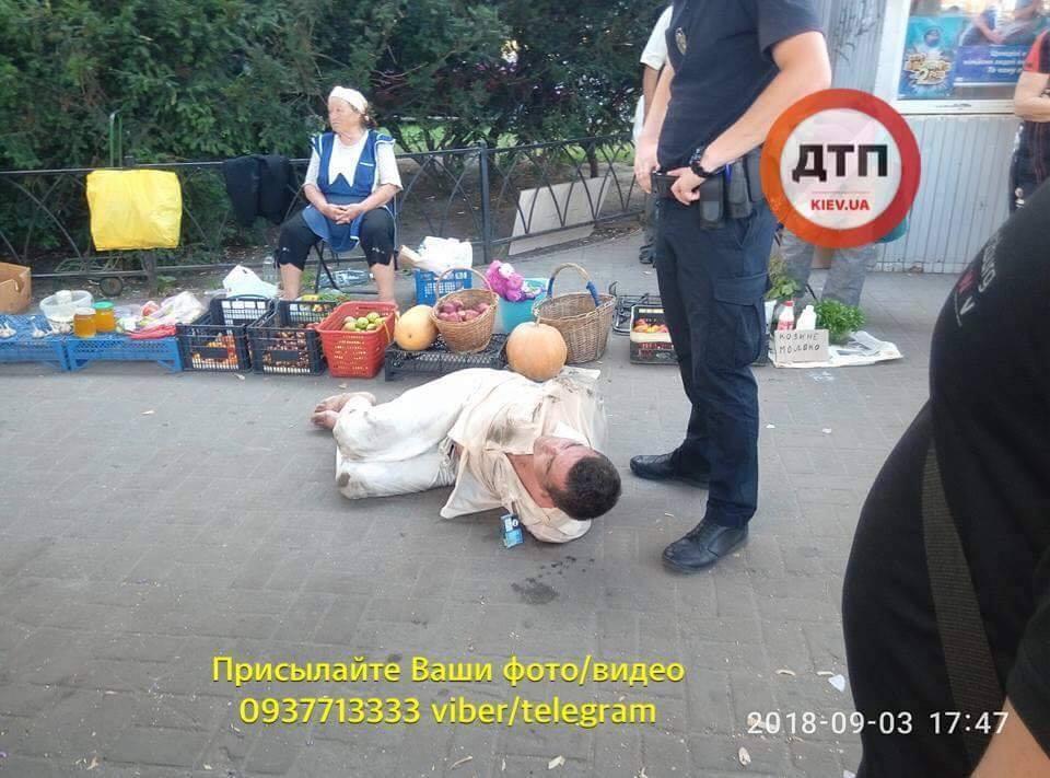 GTA в реальності: в Києві чоловік на очах у натовпу кинувся на дівчину з ножем