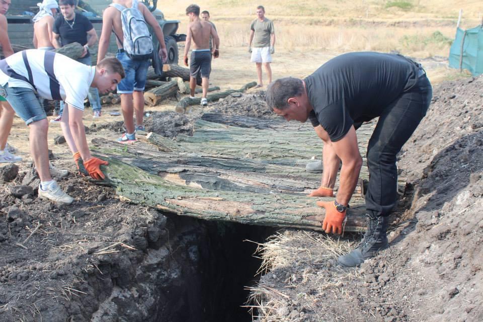 Геннадий Мохненко с сыновьями роют окопы под Мариуполем, август 2014 года