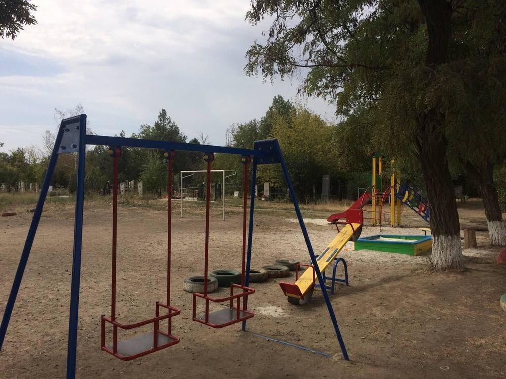 Поздравили с Днем знаний: появились жуткие фото детской площадки на кладбище под Запорожьем