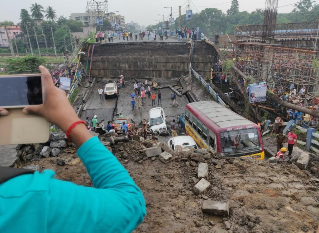 Много погибших и раненых: опубликованы фото и видео последствий обвала моста в Индии