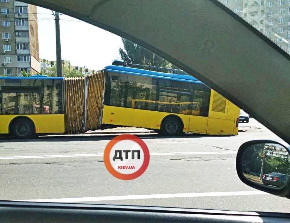 У Києві стався шокуючий випадок з тролейбусом: фото