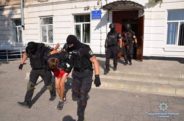 """На Донбасі чоловік з """"бомбою в голові"""" захопив школу: опубліковано фото"""