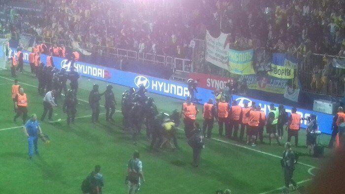 Украинских болельщиков арестовали после победы над сборной Чехии: появилось фото
