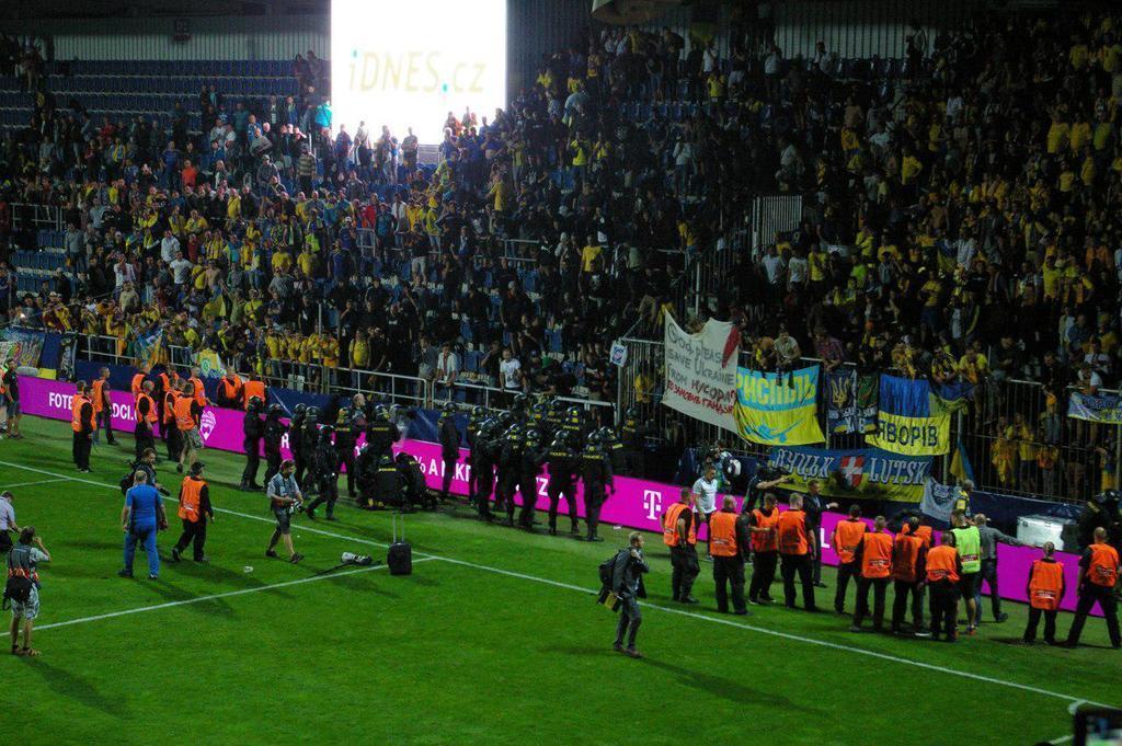 Чехія - Україна: Шевченко потрапив у бійку між фанатами та поліцією, фото та відео інциденту