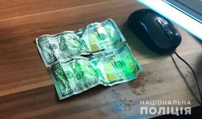 Як прикордонник на Закарпатті намагався з'їсти хабар у розмірі 200 доларів: фото інциденту