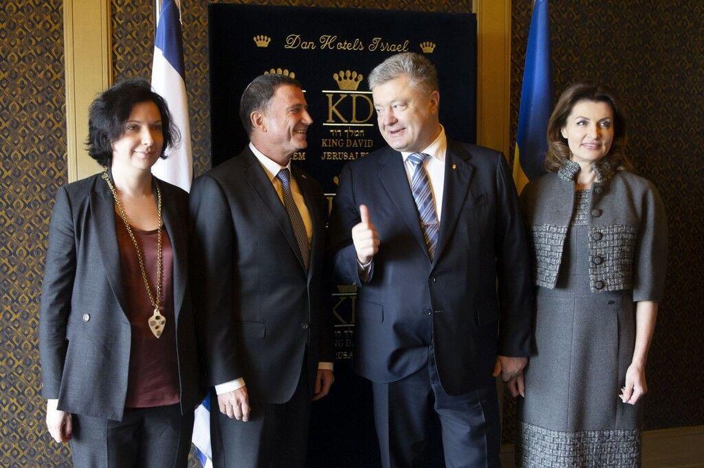 Пригоди фото, де Порошенко заправив піджак в штани