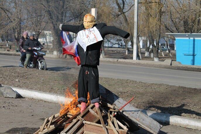 21 февраля 2015 года на Масленицу в Новом Буге Николаевской области сожгли чучело Путина