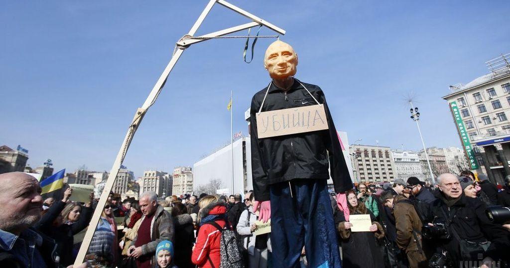 6 марта 2016 года к посольству РФ в Киеве принесли чучело Путина