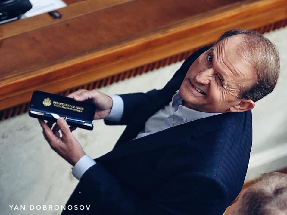 Фото Медведчука з ручкою від Держдепу назвали геніальним