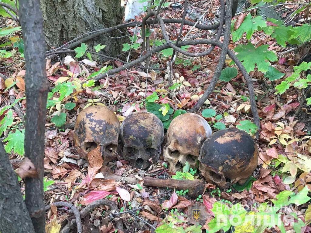 Чоловік знайшов людські черепи і став влаштовувати сюрпризи