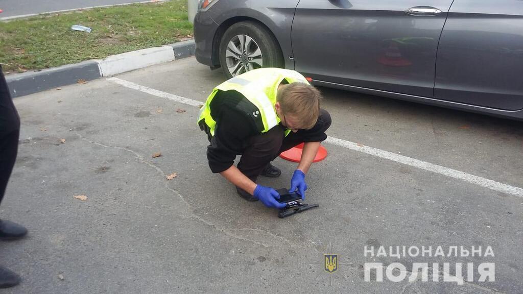 В Харькове возле супермаркета застрелили человека, а второго - ранили