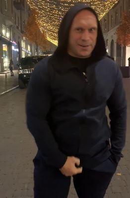 Илья Кива показал всем, как трогает свой пенис, видео 18+
