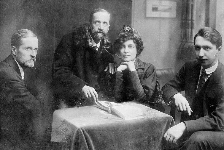 В центре Мережковский и Гиппиус, 1919-й год