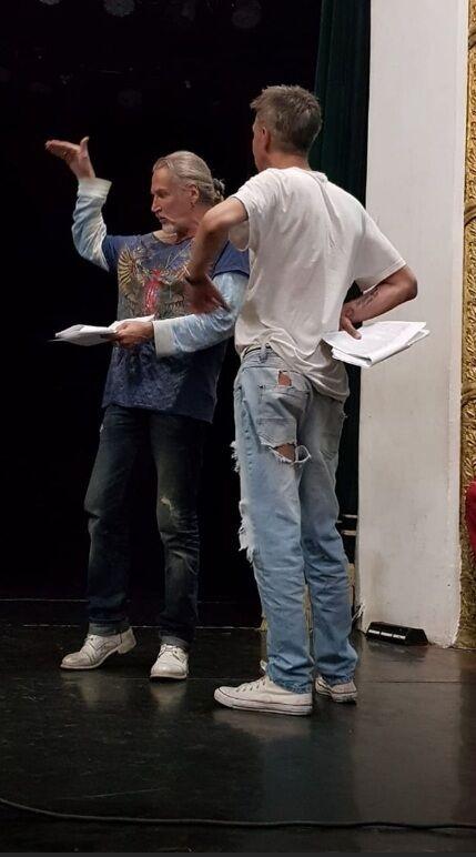 Алексей Панин в разодранных на попе штанах увлекся делом с Джигурдой, фото