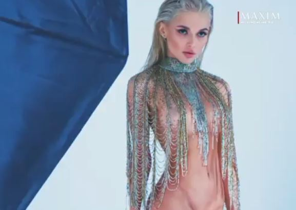 Эрика Герцег засветила грудь во время съёмок для мужского журнала, видео и фото