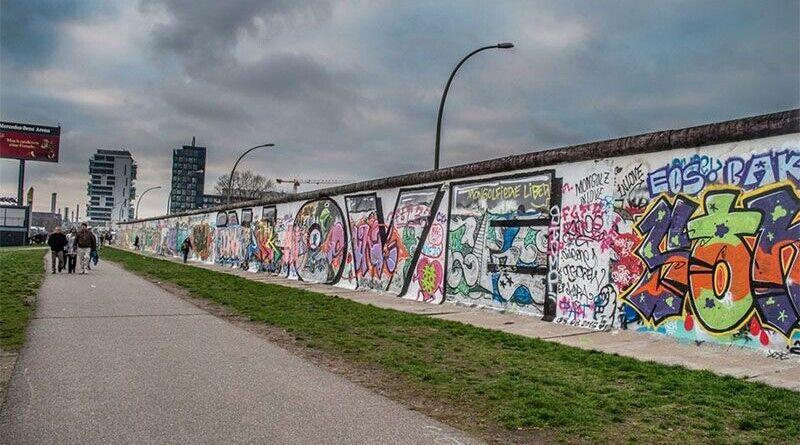 Падіння Берлінської стіни: як вона виглядає зараз, фото, відео
